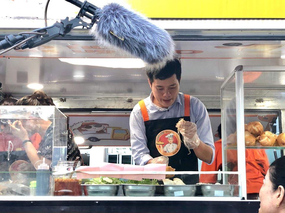 Khương Dừa bán bánh mì ở chuyến xe nụ cười
