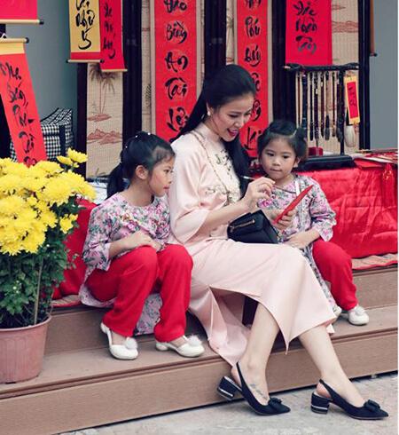 Vợ của color man Thúy Vân và 2 con gái