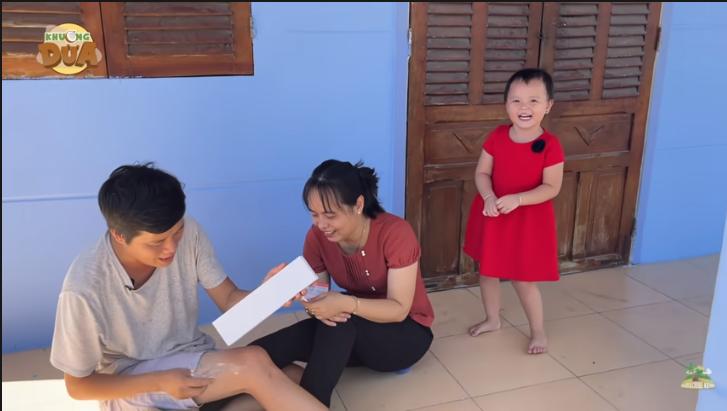 Khương dừa tặng quà cho vợ